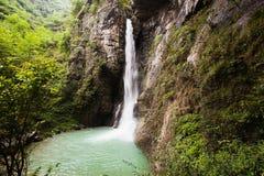 Cascata nella valle nera della montagna Fotografie Stock