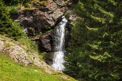 Cascata nelle montagne Fotografie Stock Libere da Diritti
