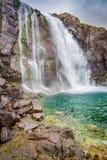 Cascata nelle montagne, Islanda Fotografie Stock Libere da Diritti
