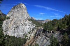 Cascata oltre della cima della montagna in parco nazionale di Yosemite negli Stati Uniti Fotografia Stock Libera da Diritti