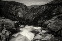 Cascata in parco nazionale di Yosemite sopra la montagna immagini stock libere da diritti