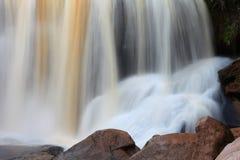 Cascata precipitante a cascata nella stagione delle pioggie in profondità dentro la foresta tropicale della Tailandia fotografia stock