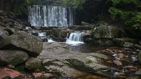 Cascata selvaggia in Karpacz stock footage