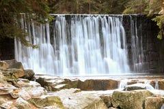 Cascata selvaggia nelle montagne polacche Fiume con le cascate Fotografie Stock Libere da Diritti