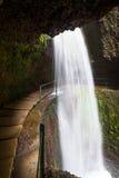 Cascata sopra la nova di Levada che fa un'escursione percorso, isola del Madera Immagine Stock