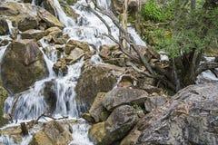Cascata sopra le rocce Fotografie Stock