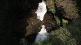 Cascata sotterranea video d archivio