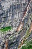 Cascata sottile sulla roccia Fotografia Stock