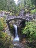 Cascata sotto un ponte di pietra immagini stock