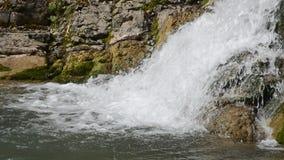 Cascata sul fiume della montagna in Soci video d archivio