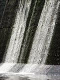 Cascata sulla diga concreta Immagine Stock