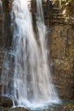 Cascata sulla foresta della montagna Fotografia Stock