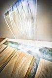 Cascata sulla parete e sull'acqua di caduta nel legno Fotografie Stock Libere da Diritti