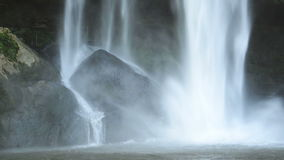 Cascata sulle rocce nere stock footage