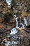 Cascata tedesca - Kuhfluchtwasserfall - vicino alle alpi tedesche mentre autunno Donna che sta davanti alla cascata Fotografia Stock
