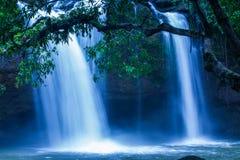 Cascata tropicale fantastica nell'ambito della luce della luna, delicatamente acqua che cade sulla scogliera, come pittura dell'a immagine stock libera da diritti