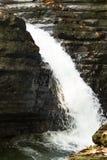 Cascata tropicale precipitante a cascata Immagini Stock
