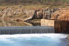Cascata in un bacino idrico Fotografie Stock Libere da Diritti