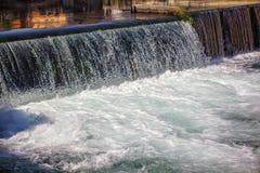 Cascata urbana da água imagens de stock