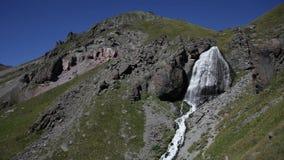 Cascata in valle della montagna stock footage