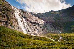 Cascata vicino al ghiacciaio di Briksdal in Norvegia Fotografia Stock Libera da Diritti