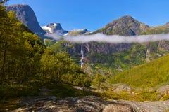 Cascata vicino al ghiacciaio di Briksdal - Norvegia Immagini Stock