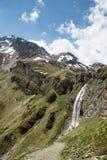 Cascata vicino alla cabina di Sesvenna nelle alpi, Tirolo del sud, Italia Immagini Stock