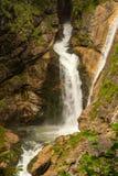 Cascata vicino a Hallstatt nelle alpi austriache Fotografia Stock