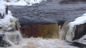 Cascata Voitsky Padun, giorno di febbraio La Carelia, Russia stock footage