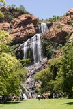 Cascata in Walter Sisulu National Botanical Garden in rood fotografia stock