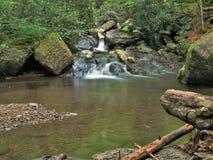 Cascatas ao longo da fuga da angra da cabine em Grayson Highlands fotografia de stock royalty free