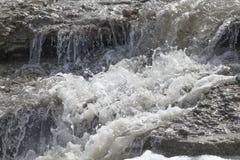 Cascatas de cachoeiras pequenas no rio Fotos de Stock