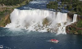 Cascate del Niagara e barca americani di crociera Fotografia Stock