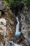 Cascate della cascata attraverso la gola rocciosa Fotografie Stock