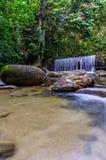 Cascate della cascata sopra i bordi della roccia Fotografia Stock