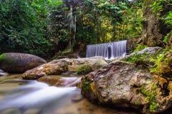 Cascate della cascata sopra i bordi della roccia Immagine Stock