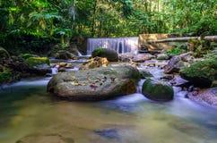 Cascate della cascata sopra i bordi della roccia Immagini Stock Libere da Diritti