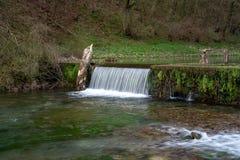 Cascate della cascata sul fiume Lathkill, vallata di Lathkill, distretto di punta, Derbyshire immagine stock