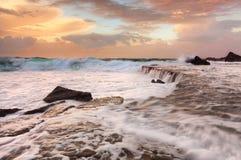 Cascate delle onde e schiuma del mare Immagini Stock