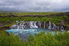 Cascate di Hraunfossar o Lava Falls, Islanda Bello paesaggio di estate fotografie stock