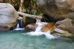 Cascate di rinfresco meravigliose sulla torrente montano Fotografie Stock Libere da Diritti