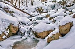 Cascate e corrente di fusione della montagna Fotografie Stock