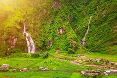 Cascate e costruzioni nel Nepal Fotografia Stock