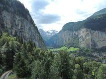 Cascate e scogliere della montagna Immagine Stock