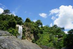Cascate, foreste, alberi, nuvole, cielo, blu fotografia stock libera da diritti