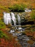 Cascate fumose della cascata della montagna fotografia stock libera da diritti