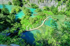 Cascate, laghi e passaggio pedonale di legno, nei laghi Plitvice immagine stock