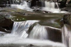 Cascate precipitanti a cascata Fotografie Stock Libere da Diritti