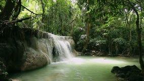 Cascate tropicali della foresta alla Tailandia video d archivio
