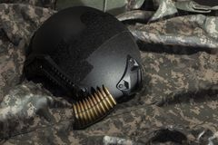 Caschi militari neri del buletproof fatti del Kevlar fotografia stock libera da diritti